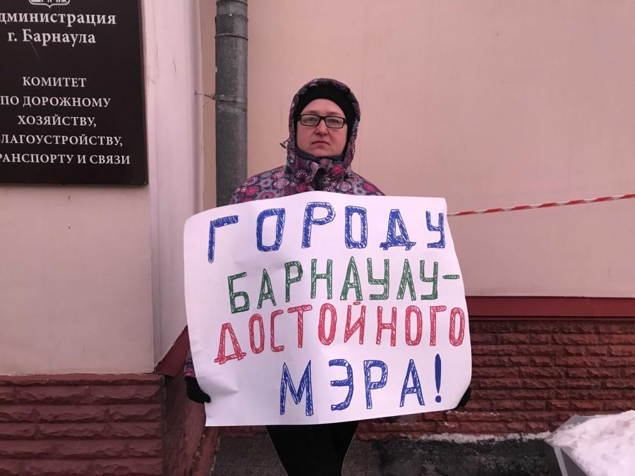 """Одиночный пикет с требованием """"Барнаулу - достойного мэра""""."""