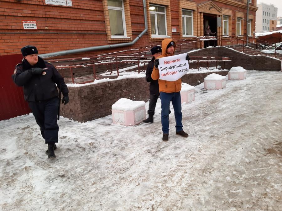 Одиночный пикет за возврат выборов мэра Барнаула.