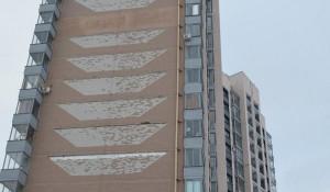 Обрушается фасад высотки в Новоалтайске.