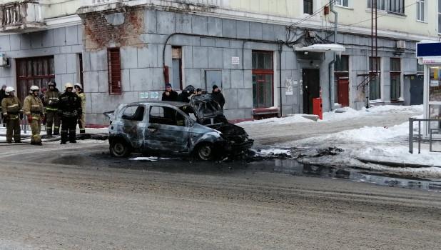Автомобиль сгорел в Барнауле.