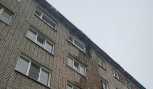 """Жители Бийска жалуются на аварийный дом""""плюющийся"""" кирпичами."""