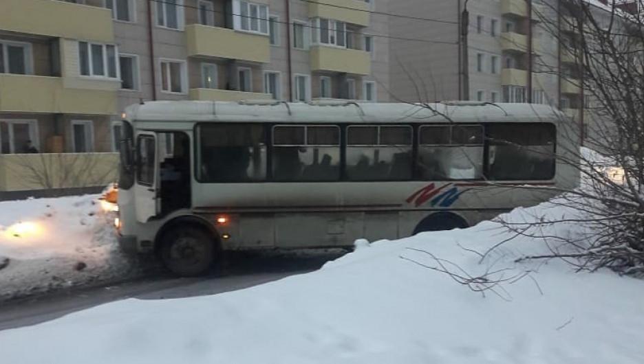 Автобус надолго перегородил улицу в Бийске.