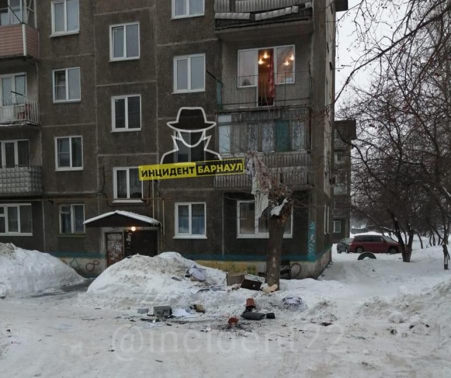 Барнаульцы поругались и выкинули вещи из окна.