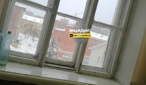 Оконная рама упала на ученика во время урока. Новосибирск.