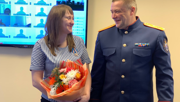 Жительнице Красноярска вручили медаль за спасение ребенка от стаи собак.