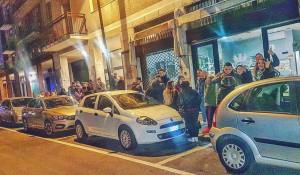 В Италии люди стоят в очереди, так как пускают не всех сразу.
