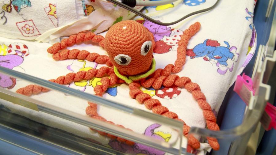 Вязаные игрушки для недоношенных детей.