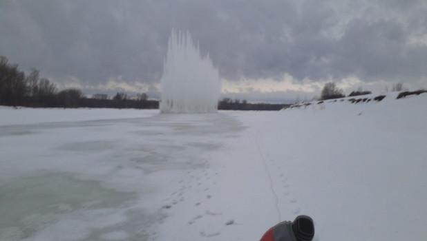 В Алтайском крае взрывают лед на реке.