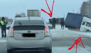 Две грузовые машины вылетели в кювет. Алтайский край.
