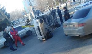 Автомобиль перевернулся на перекрестке.