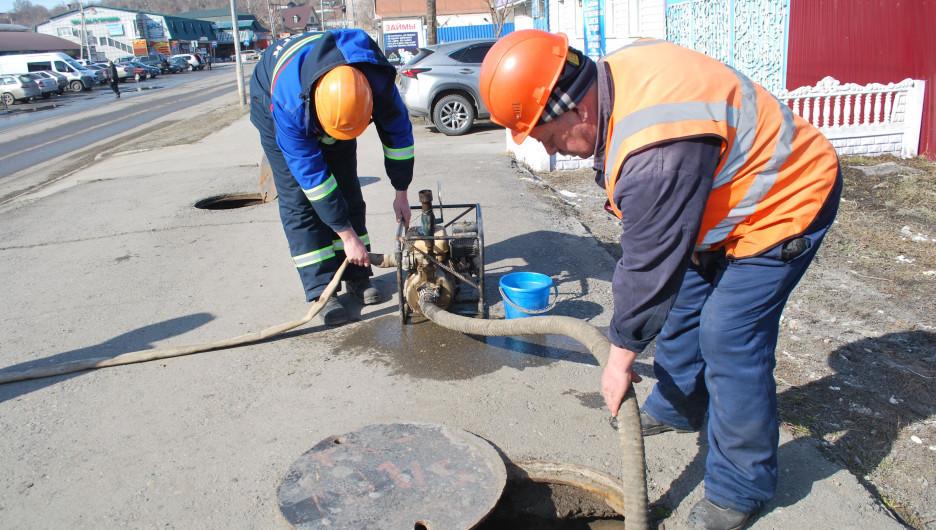 Оперативные бригады ведут откачку талой воды в подземных коммуникациях Бийска.