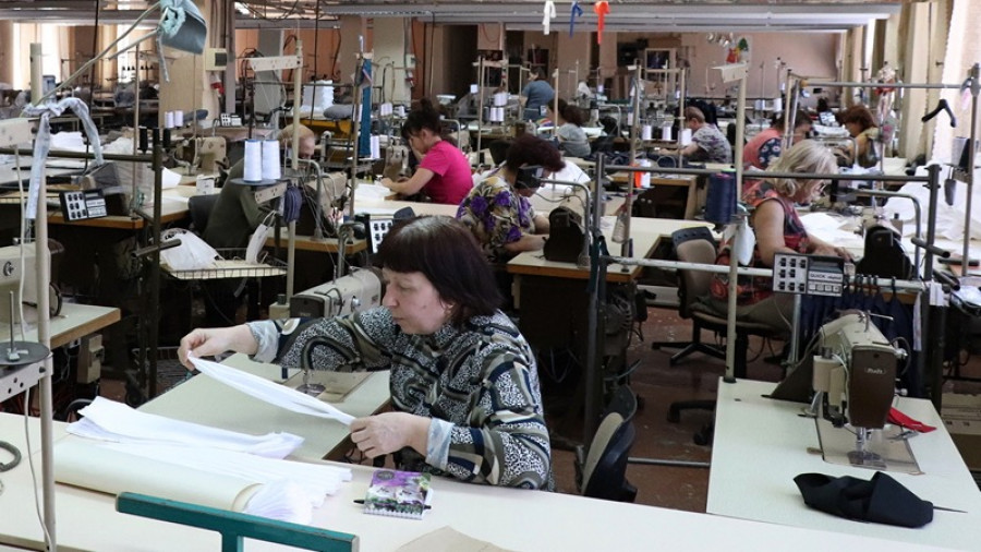 """На фабрике """"Авангард"""" в Барнауле шьют дефицитные маски."""