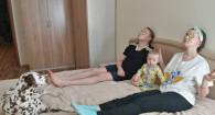 Актеры театра драмы Анна Бекчанова и Дмитрий Плеханов с сыном Яриком и собакой Мартином