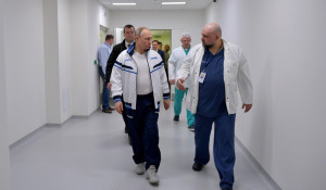Владимир Путин и главврач больницы Денис Проценко.