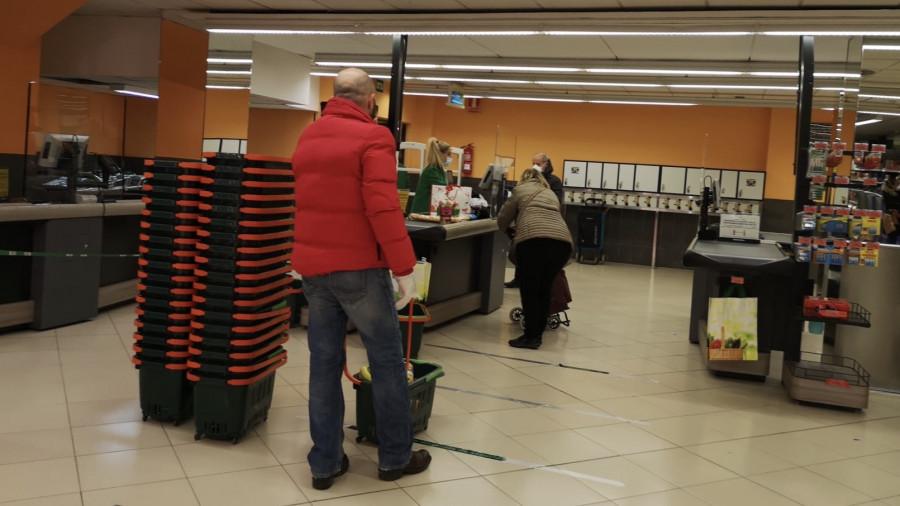 Очередь в супермаркете в Барселоне.