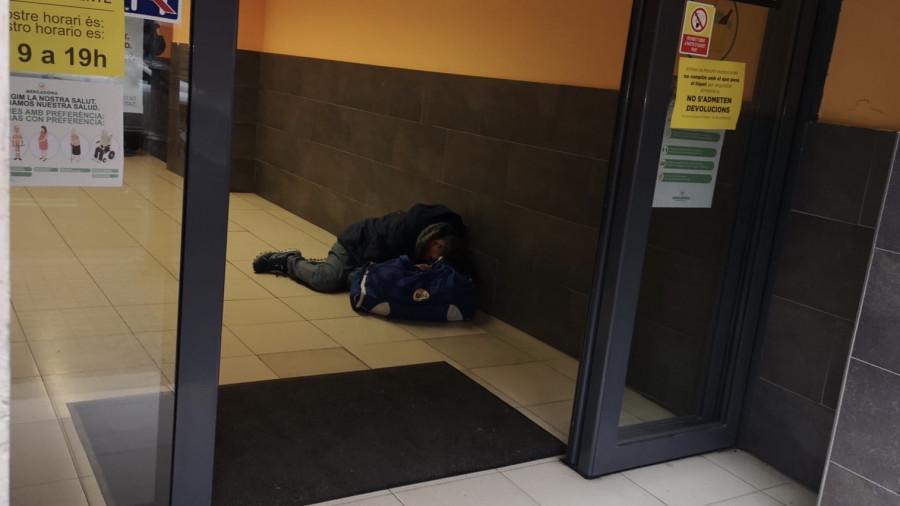 На выходе из супермаркета упал человек.