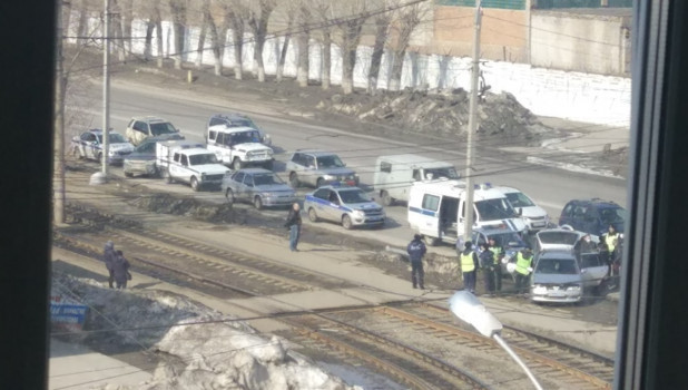 В Барнауле полицейские остановили и обыскали автомобиль.