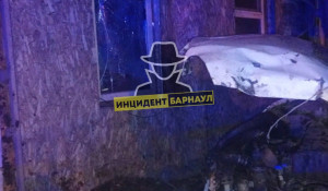 Лихач на иномарке въехал в частный дом в Барнауле.