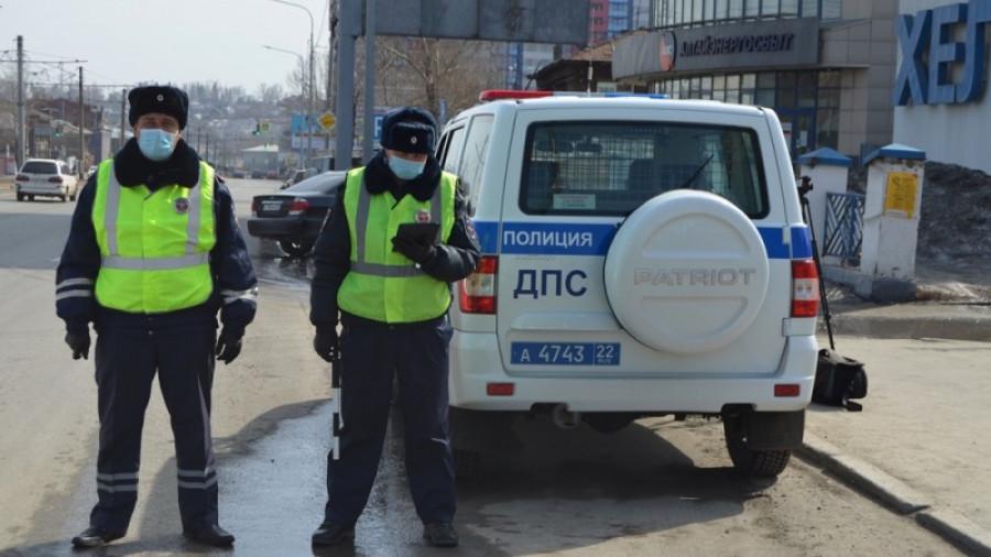 Сотрудники полиции контролируют соблюдение указа губернатора.