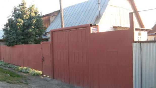 В Барнауле продают двухэтажный дом на улице Меланжевой.