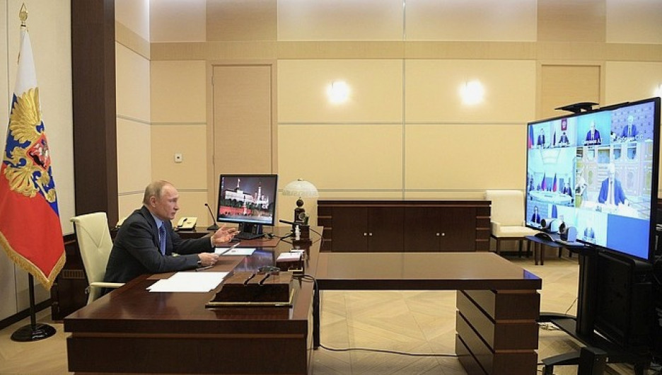 Владимир Путин ведет совещание в режиме видеоконференции.