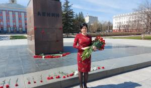 Мария Прусакова возложила цветы к памятнику Ленина, 2020 год.