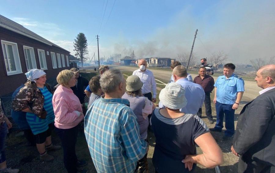 Сергей Цивилев приехал в село Постниково, где горят около 20 жилых домов.