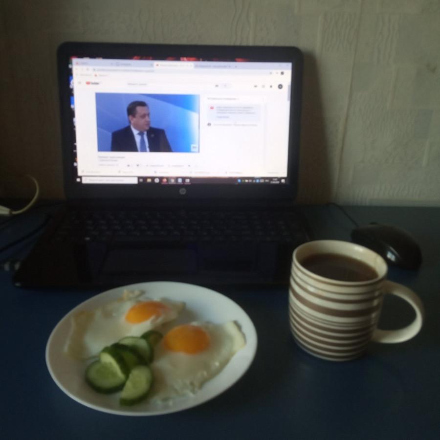Плюс работы на удаленке: Надежде Тиуновой удается совмещать завтрак с пресс-конференцией