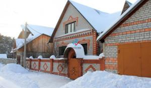 В Барнауле продается большой коттедж с баней, бильярдом и камином.