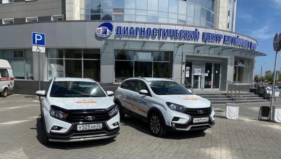 Автомобили для алтайских медиков.