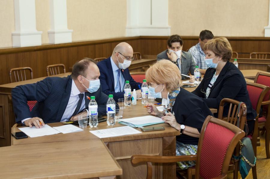 Депутаты на сессии АКЗС 30 апреля 2020 года. Администрация Барнаула.
