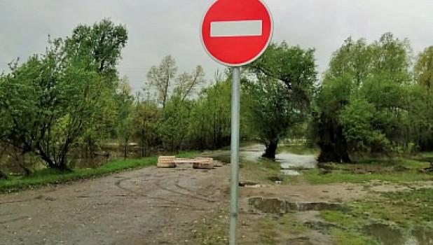 В Затоне подтопило дорогу.