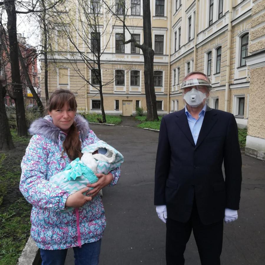 Губернатор Санкт-Петербурга Александр Беглов посетил родильные дома.