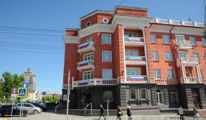 Триколор в окне. Барнаульцы присоединились к акции «Флаги России. 9 мая».