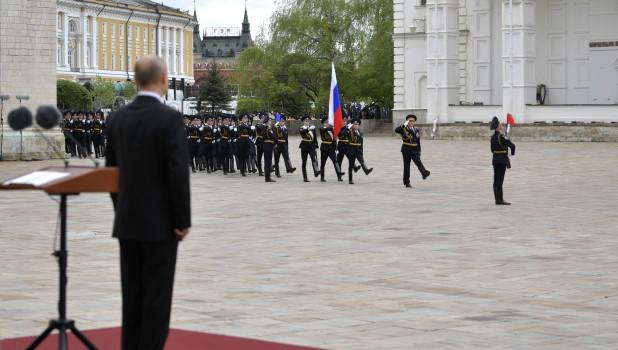 Владимир Путин и пеший караул Президентского полка 9 мая 2020 года.