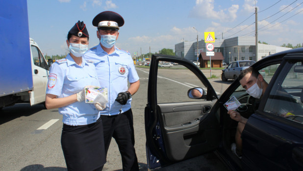 Сотрудники ГИБДД раздали водителям маски.