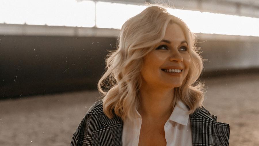 Яна Попова.