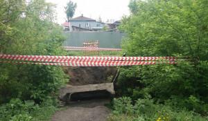 В Барнауле рухнул пешеходный мост.