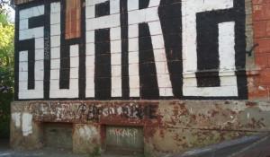 Надпись на домах в Барнауле.