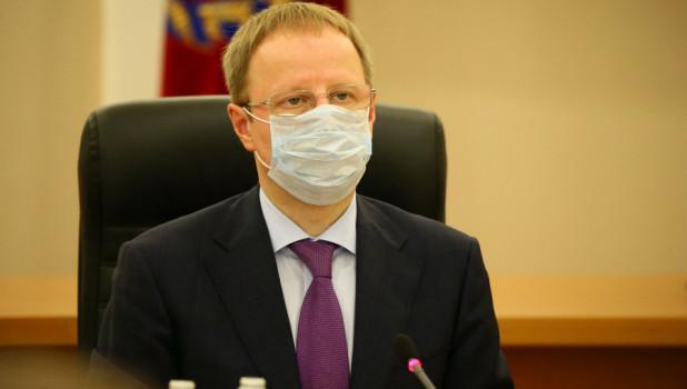 Алтайский губернатор Виктор Томенко снял защитную маску и обратился к подчиненным