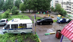 Пожилая женщина выпала из окна в Барнауле.