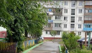 В Бийске проезд к дому перегородили бетонным блоком.