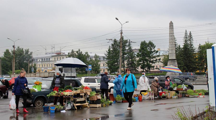 Бойкая торговля на площади Спартака.