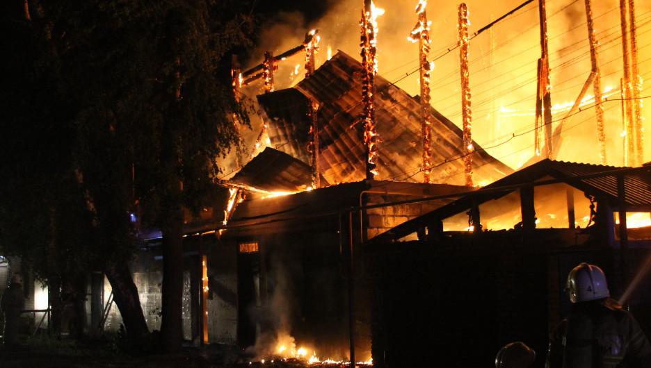 Пожар в Барнауле ночью 25 мая 2020.