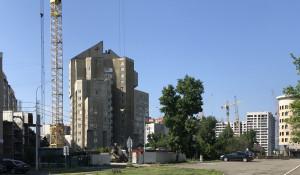 Улица Папанинцев в Барнауле в мае 2020 года. Высотка на переднем плане - дом №123.
