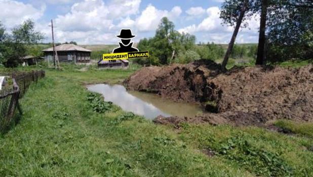 Опасная яма в алтайской деревне.