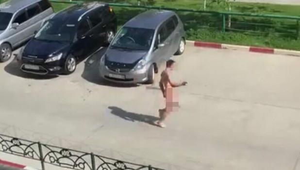 """Неадекватный мужчина в квартале """"Лазурный""""."""