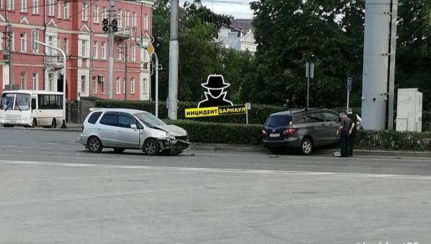 Автомобиль на газоне после ДТП.