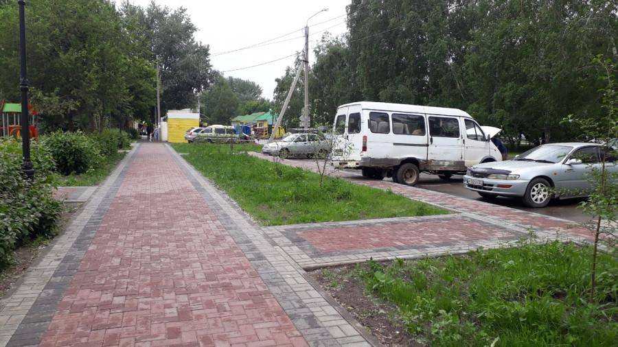 Сквер и тротуары на улице Панфиловцев в Барнауле.
