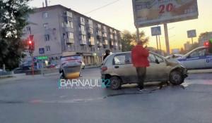 ДТП в Барнауле, перевернулось такси.